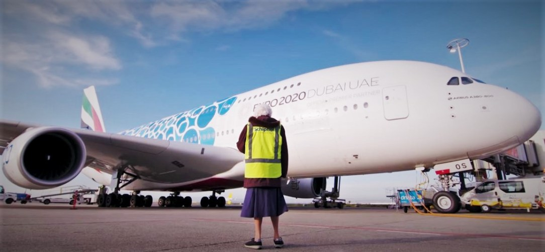 Granny Miep meets her beloved Emirates A380