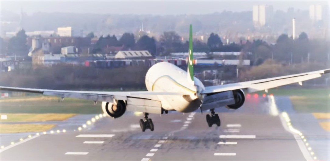 PIA B777 Extreme Crosswind Landing during Storm Ciara at Birmingham Airport