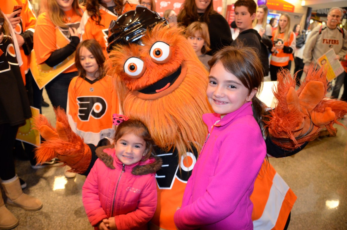 Fans get to meet their favorite players at Flyers Wives Carnival