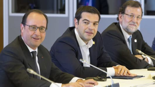 (L-R) French President Francois Hollande, Greek Prime Minister Alexis Tsipras and Spanish Prime Minister Mariano Rajoy attend a Eurozone emergency summit on Greece in Brussels, Belgium, June 22, 2015.