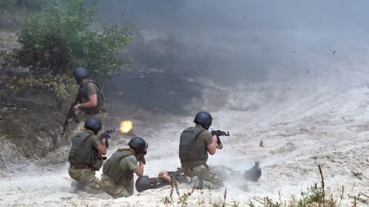 Ukrainian servicemen take part in military exercises on the shooting range of Ukrainian forces near Ghytomyr, some 150 km west of Kiev.
