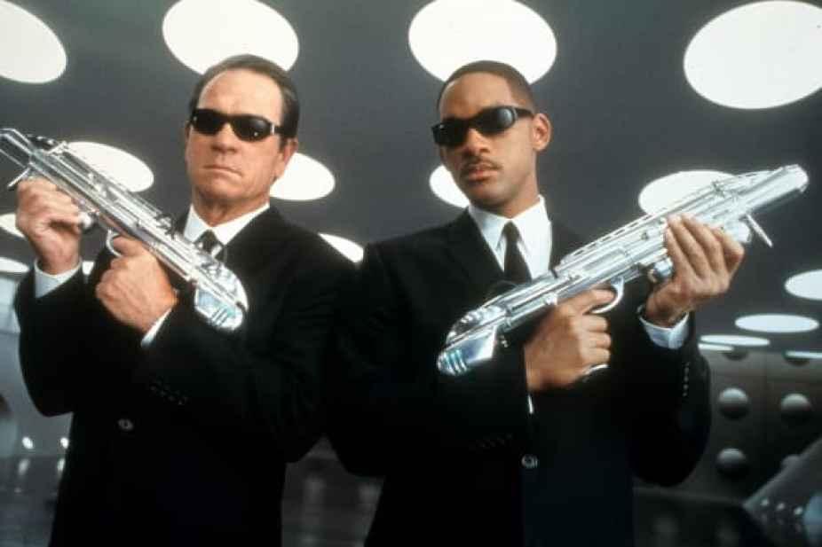 """En esta imagen de la película, Tommy Lee Jones, izquierda, y Will Smith se muestran en una escena de """"Men in Black II""""."""