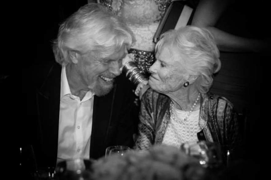 Sir Richard Branson y su madre, Eve Branson, en Power Up, We Are The Future Gala de AltaMed Health Services en el Beverly Wilshire Four Seasons Hotel el 12 de mayo de 2016 en Beverly Hills, California.