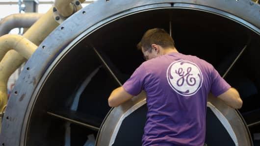Un empleado de General Electric trabaja en una turbina de gas en la planta de GE en Belfort, Francia.