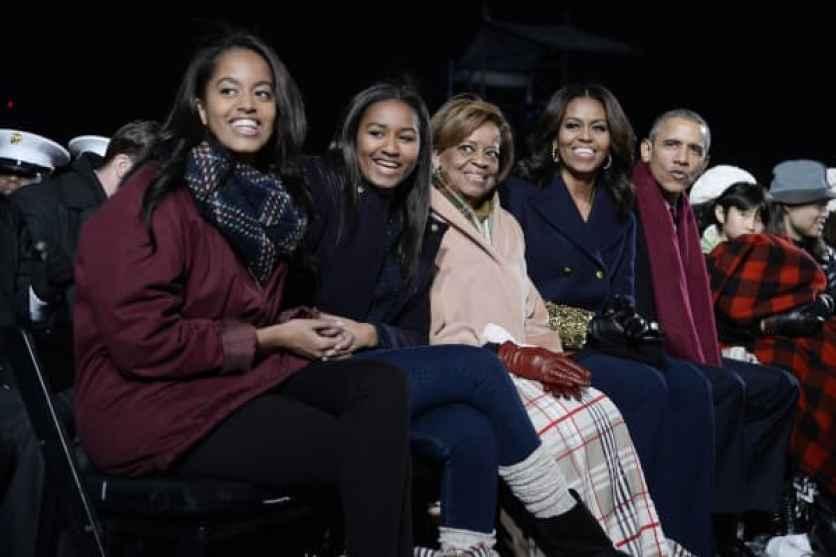Malia Obama, Sasha Obama, la suegra Marian Robinson, la primera dama Michelle Obama y el presidente Barack Obama asisten a la ceremonia nacional de iluminación del árbol de Navidad en la Elipse al sur de la Casa Blanca el 3 de diciembre de 2015 en Washington, DC.