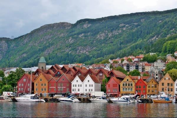 Bryggen ist eine der Hauptattraktionen von Bergen und Norwegen. Bryggen wurde 1702 nach dem großen Brand erbaut und steht auf der UNESCO-Liste des Weltkulturerbes.