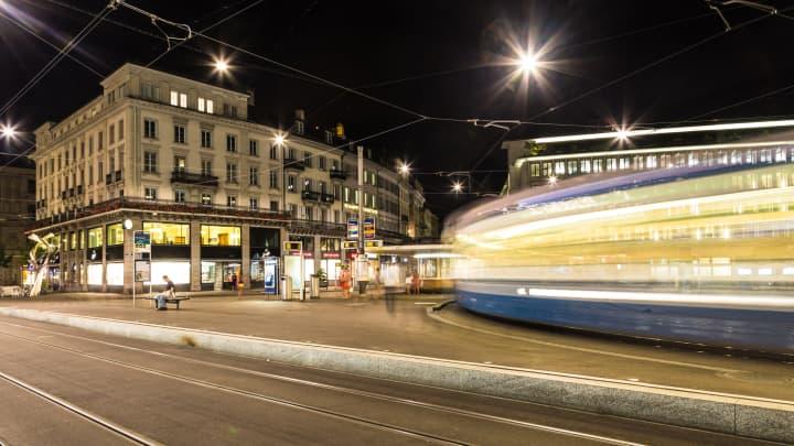 Ένα αυτοκίνητο τραμ που καταγράφηκε με θολή κίνηση βυθίζεται μέσα από την Paradeplatz (πλατεία Parade) στην καρδιά του τραπεζικού κλάδου της Ελβετίας στη Ζυρίχη το βράδυ.