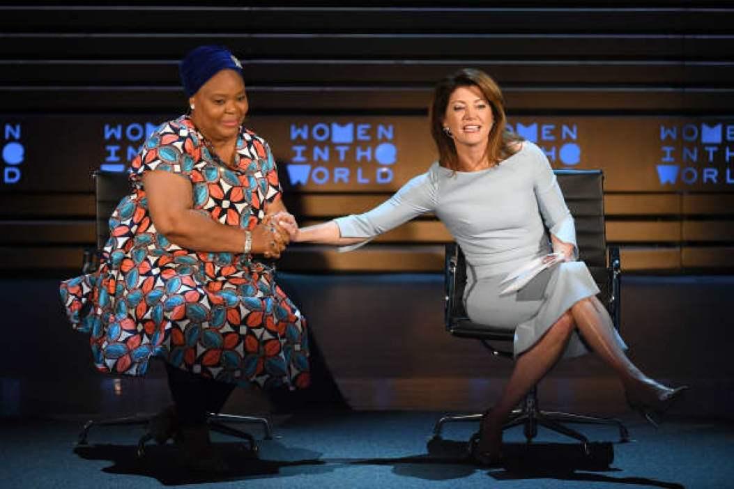 La activista Leymah Gbowee (L) y la periodista Norah O'Donnell hablan en el escenario durante la Cumbre Mujeres en el Mundo de 2018 en el Lincoln Center el 12 de abril de 2018 en la ciudad de Nueva York.