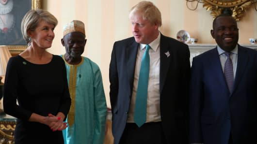UK Foreign Secretary Boris Johnson (2nd R), his Zimbabwean counterpart Sibusiso Moyo (R) and other politicians pose at the Commonwealth Heads of Government Meeting in London, U.K., on April 20, 2018.