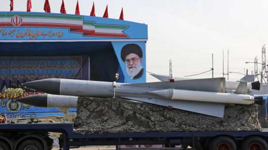 Un camión militar iraní porta misiles tierra-aire más allá de un retrato del líder supremo iraní, el ayatolá Ali Khamenei, durante un desfile con motivo del día anual del ejército del país, el 18 de abril de 2018, en Teherán.