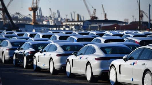Porsche-Fahrzeuge, die für den Export bestimmt sind, stehen am Bremerhavener Hafen am 19. März 2018 in Bremerhaven, Deutschland.