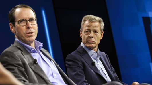 Randall Stephenson, president and CEO of AT & T Inc., on the left, talks while Jeffrey & # 39; Jeff & # 39; Bewkes, president and CEO of Time Warner Inc.
