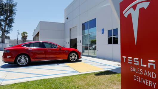 Un centro de ventas y servicio de Tesla se muestra en Costa Mesa, California, EE. UU., 28 de junio de 2018.