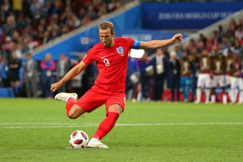 Harry Kane de Inglaterra anota un penal en un tiroteo al final del tiempo extra durante la ronda de dieciseisavos de final de la Copa Mundial de la FIFA Rusia 2018 entre Colombia e Inglaterra en el estadio Spartak el 3 de julio de 2018 en Moscú, Rusia.