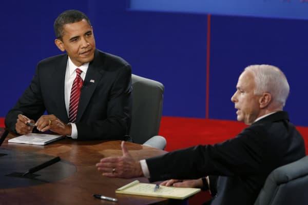 El candidato demócrata a la presidencia de los EE. UU., Barack Obama (L) escucha al republicano John McCain durante el debate presidencial final en la Universidad Hofstra en Hempstead, Nueva York, el 15 de octubre de 2008.