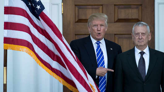 Le président Donald Trump souhaite la bienvenue à James Mattis, qui pose pour une photo avant leur rencontre au Trump International Golf Club, dans le canton de Bedminster, au New Jersey.