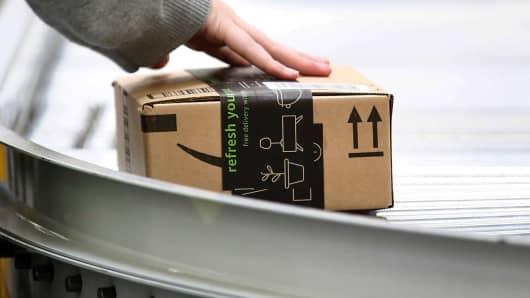 Los empleados trabajan en el centro de cumplimiento de Amazon en Kent, Washington, el 24 de octubre de 2018.