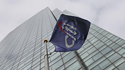Una bandera ondea afuera del edificio Citigroup en el vecindario de Long Island City en Queens, Nueva York.