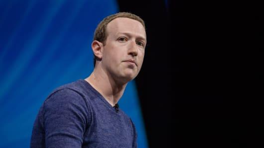 Mark Zuckerberg, director ejecutivo y fundador de Facebook Inc., escucha durante la conferencia Viva Technology en París, Francia, el jueves 24 de mayo de 2018.