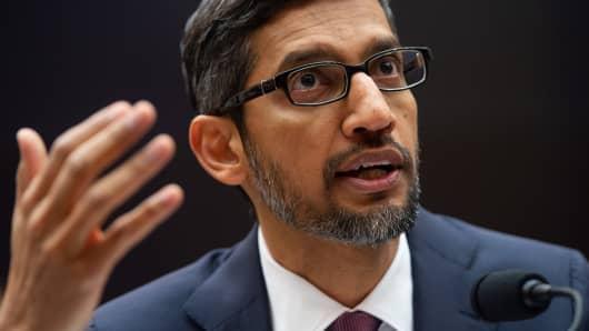 Der CEO von Google, Sundar Pichai, bezeugt während einer Anhörung des House Judiciary Committee am 11. Dezember 2018 auf dem Capitol Hill in Washington, DC.