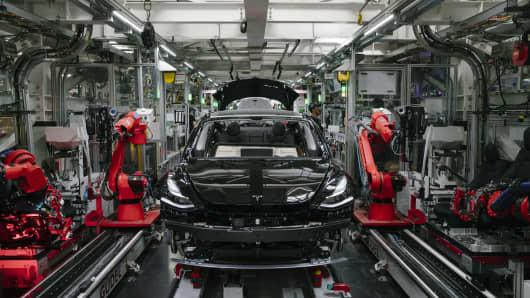 Un Tesla Model 3 se ve en la línea de ensamblaje general en la fábrica de Tesla en Fremont, California, el jueves 26 de julio de 2018.