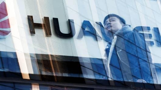 Un hombre pasa frente a una tienda de Huawei en Beijing, China, el 7 de marzo de 2019.