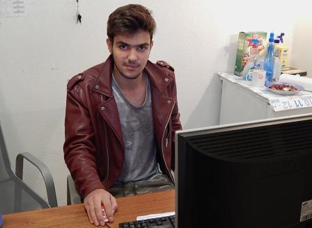 Tawfiq vor PC lächelnd