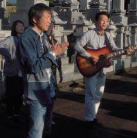 墓前で合唱