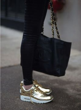 golden sneakers skinny jeans