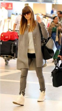 jessica alba sneakers skinny jeans