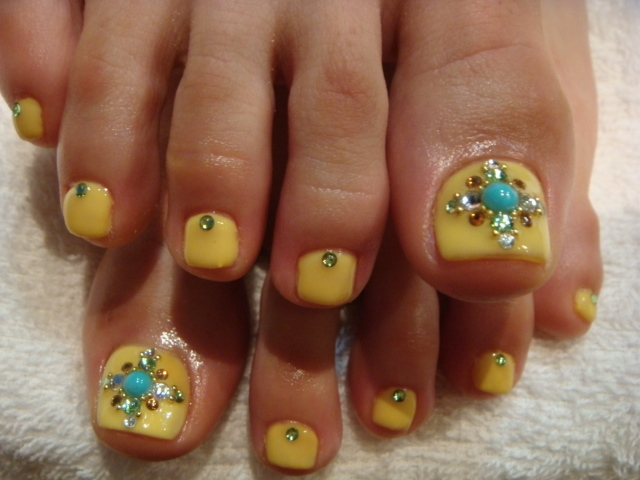 cute yellow rhinestone pedi - 50+ Incredible Toe Nail Designs Ideas FMag.com
