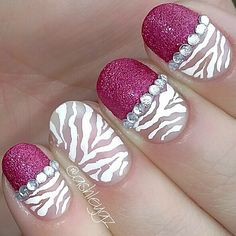 Mixed textured short nails.
