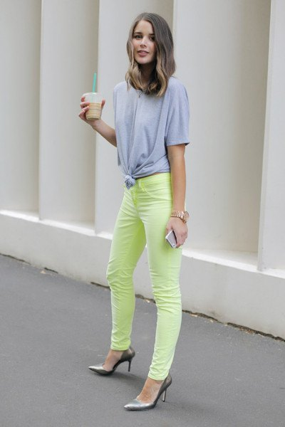 knotted oversized grey t shirt yellow jeans