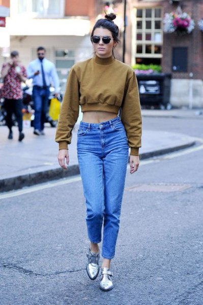 green cropped sweatshirt mom jeans