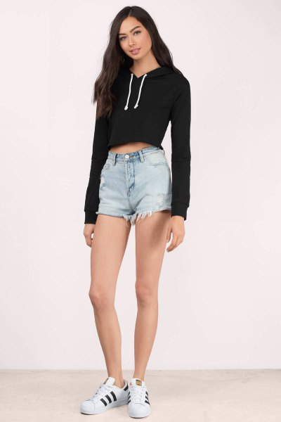 black cropped hoodie denim shorts white sneakers