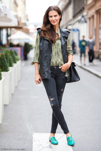 green printed shirt skinny jeans outfit