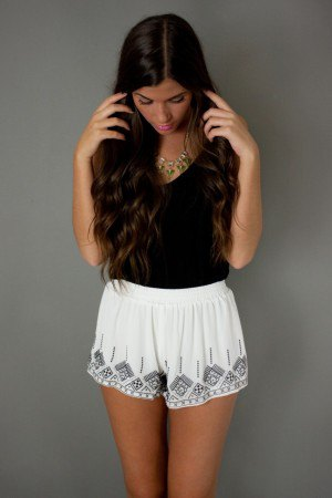 white boho style flowy shorts black v neck t shirt