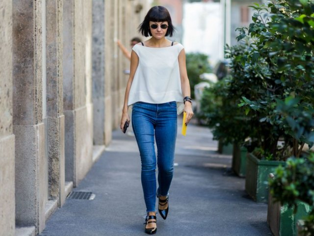 white chiffon cap sleeve top blue skinny jeans