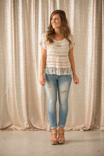 white crochet short sleeve top light blue skinny jeans