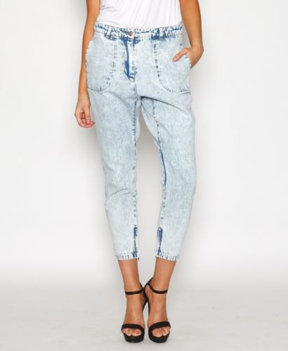 white top light blue washed cropped jeans