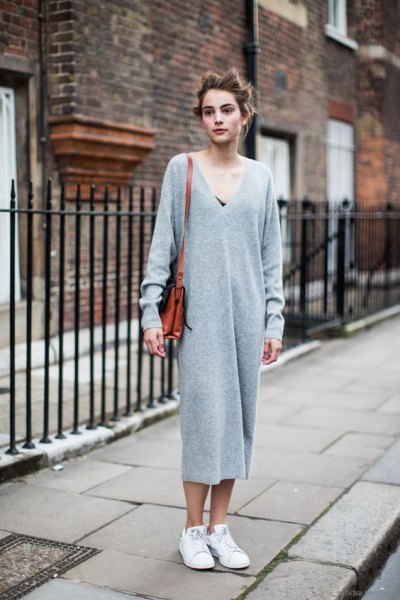 grey v neck maxi knitted dress with white sneakers