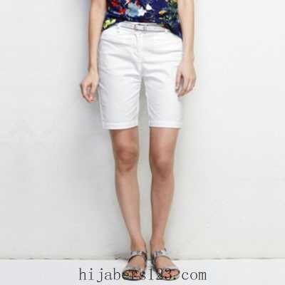 navy floral print tee with white shorts