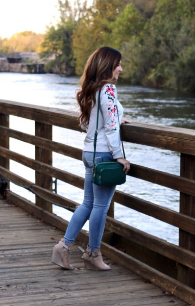 white sweater with blue skinny jeans nude heeled sandals