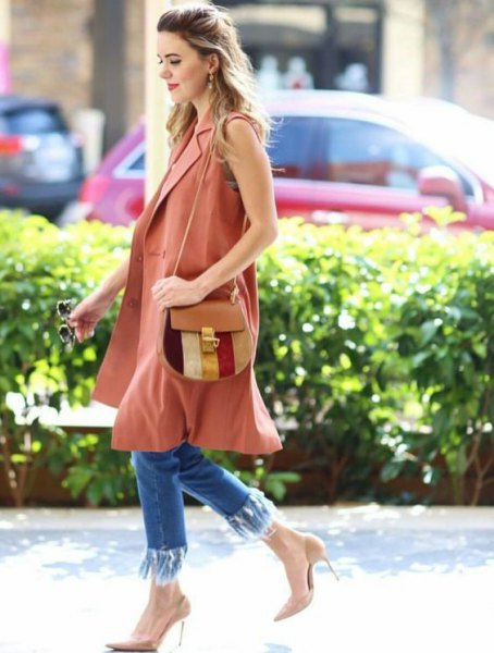 camel sleeveless long coat with blue skinny fringe hem jeans