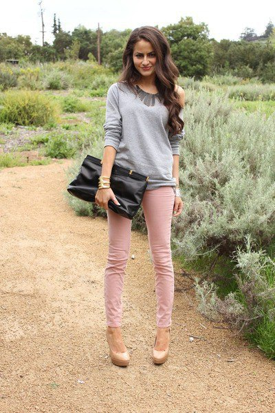 grey comfy sweater with pink skinny jeans