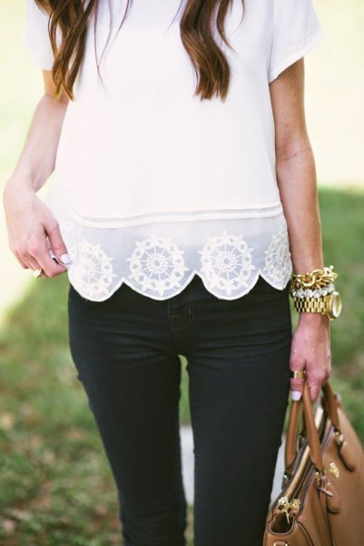 white lace scalloped hem short sleeve shirt with black skinny jeans