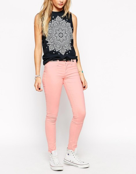 white sleeveless printed sleeve top with pink skinny jeans