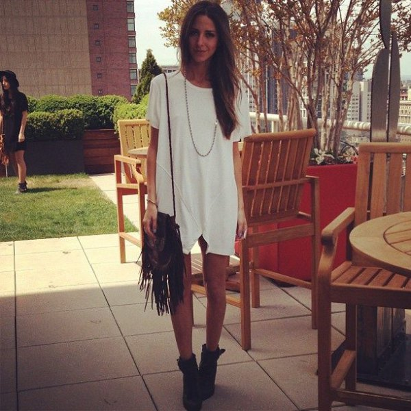white tunic dress with fringe bag and boots
