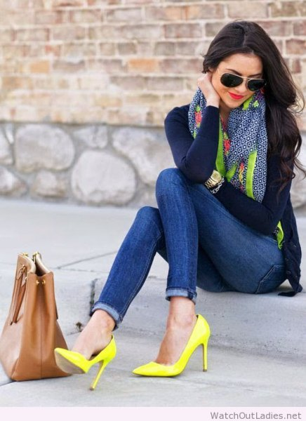 black form fitting long sleeve tee with skinny jeans and yellow high heels