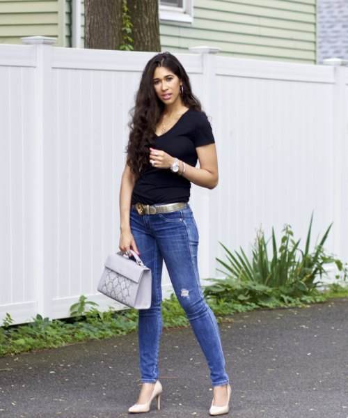 black v neck t shirt with skinny jeans and belt